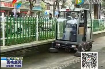 多功能扫路车上路,提高城市保洁质量